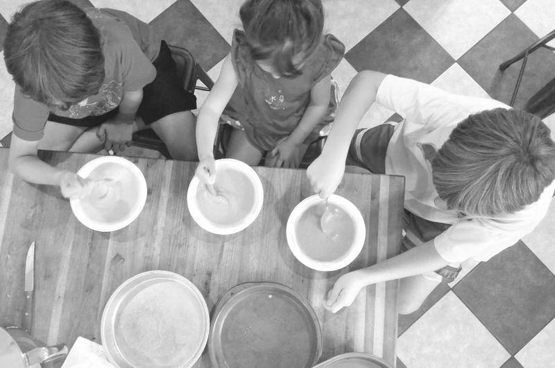 kids helping make cake-001